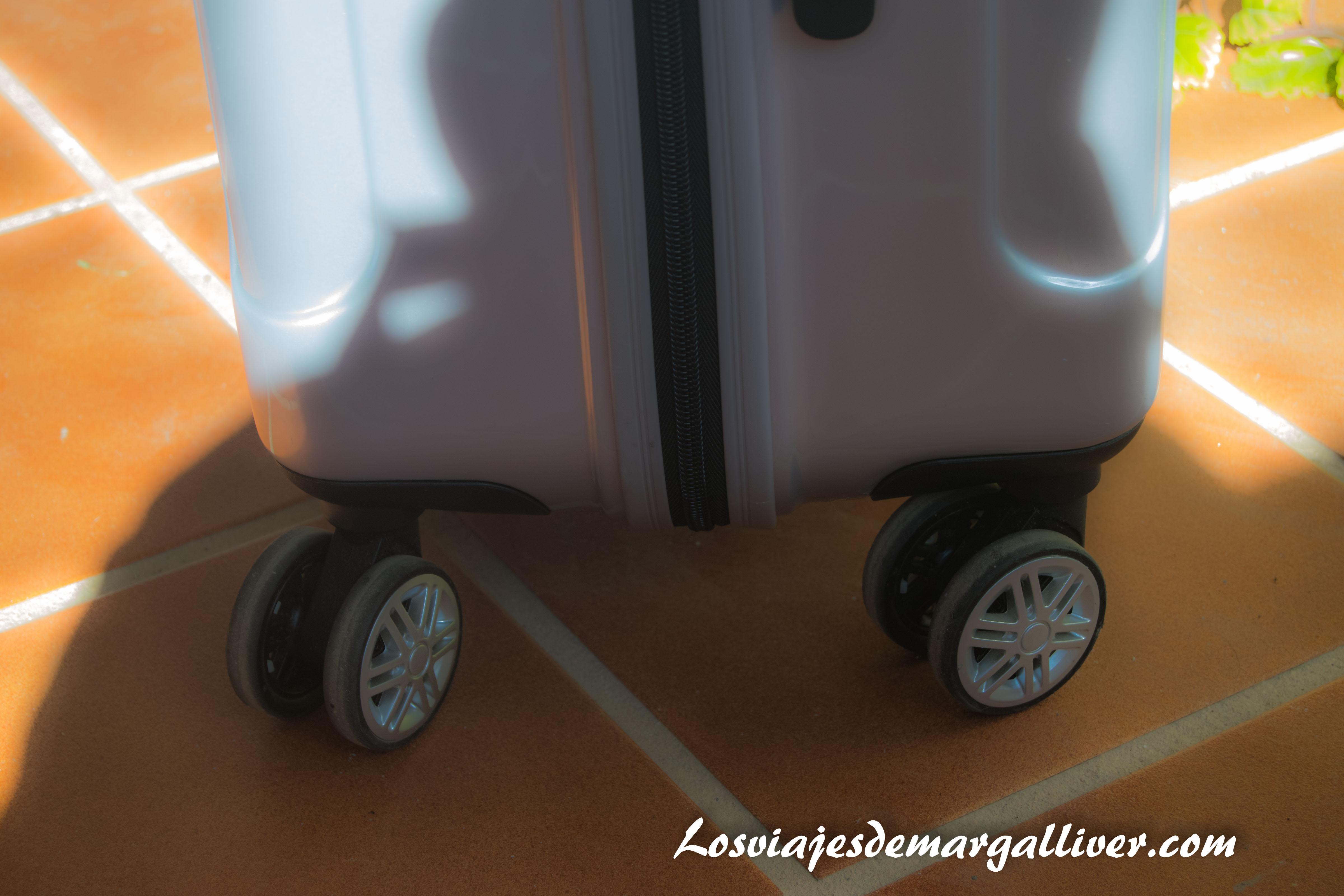detalle de las 8 ruedas giratorias de la maleta gladiator para viajar a Canadá - Los viajes de Margalliver
